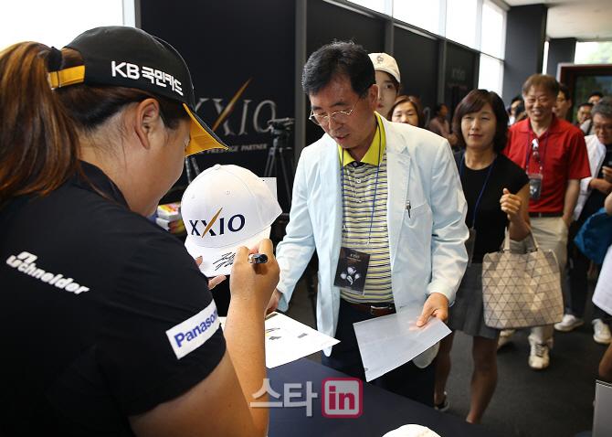 [포토]박인비 '모자와 캐리커쳐에 사인해드려요'