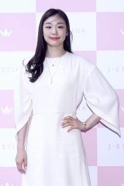 김연아, 여전한 미모…우아한 화이트 원피스 입고 '미소'