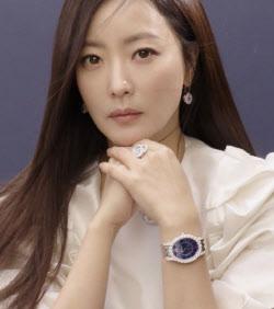 김희선, 화보 비하인드 영상 공개…'압도적 미모'