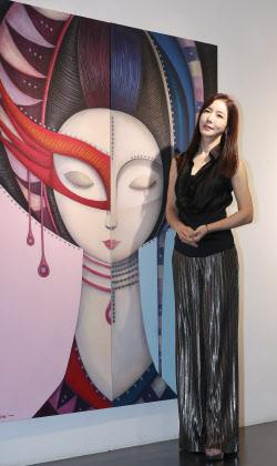 김혜진, 자신의 작품 '페르소나' 앞에서 포즈