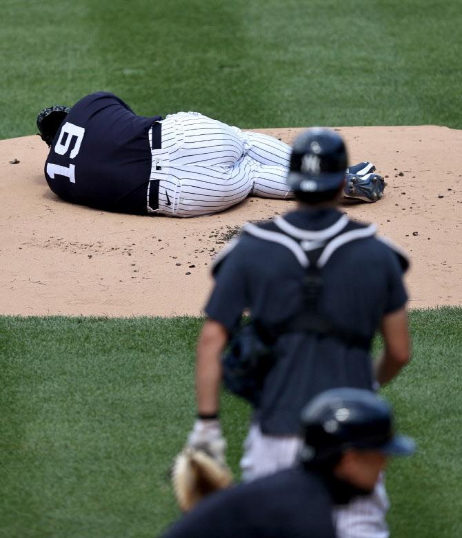 일본인투수 다나카, 팀동료 스탠턴 타구에 맞고 쓰러져...