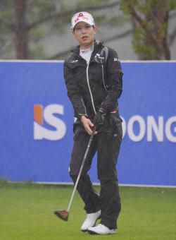 [포토]김자영 '폭우속의 타구 확인'