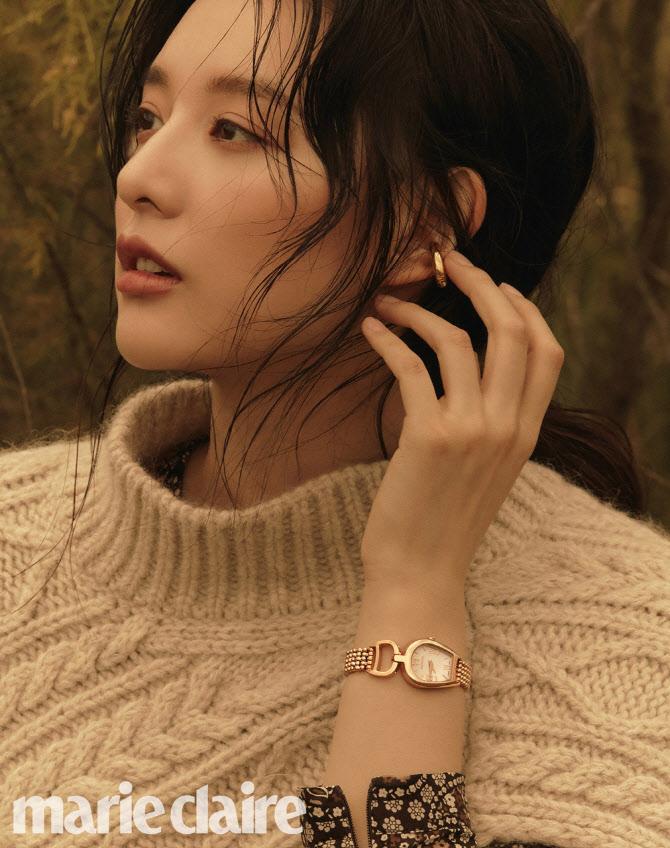 김지원 가을 패션 화보 공개…고급스러운 우아美
