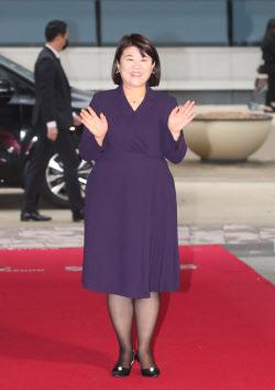 배우 이정은 '손 흔들며'