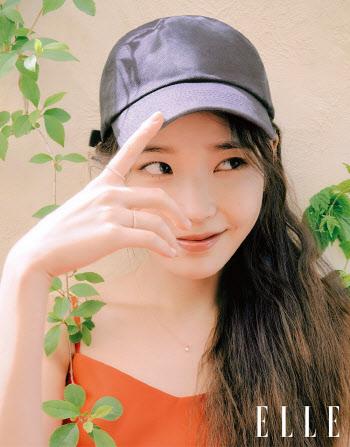 아이유, 여름 화보 '귀여운 미소'