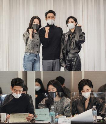 '더 로드 : 1의 비극' 8월 4일 첫방…지진희·윤세아·김혜은 대본리딩 포착