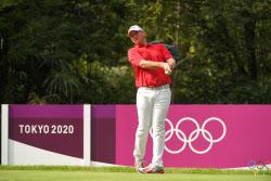 [도쿄올림픽]쌍둥이 동생이 캐디 한 스트라카, 골프 첫날 선두