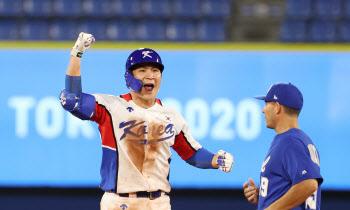 '양의지 연장 끝내기 사구' 한국 야구, 이스라엘에 극적 역전승