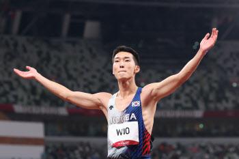 [도쿄올림픽]높이뛰기 우상혁, 2m35 넘었다…한국 신기록 작성