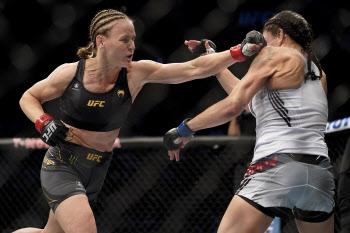 UFC 女플라이급 챔피언 세브첸코, TKO로 6차 방어...무적행진 계속