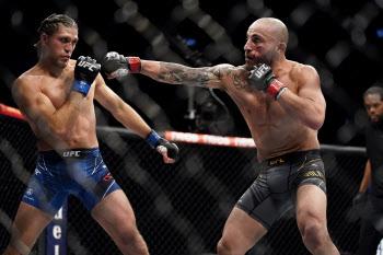 UFC 페더급 챔피언 볼카노프스키, 오르테가 도전 뿌리치고 무적행진