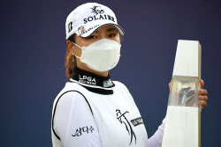 [포토] 고진영 '코로나 속 우승 사진 찍기'