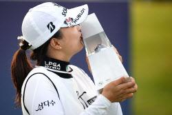 [포토] 세계랭킹1위 고진영 'BMW 챔피언십 우승컵에 짜릿한 키스'