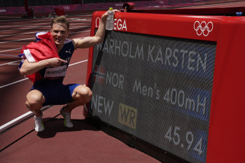 바르홀름, '세기의 대결' 男허들 400m 세계新 金