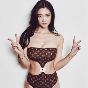 클라라, 명품 수영복 입고 `V(브이)`..늘씬한 각선미 `여전`