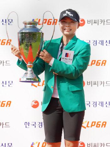 김지영 '3년만에 들어올린 우승 트로피'