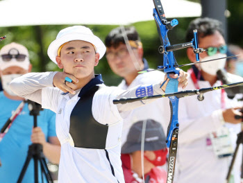 [올림픽] 남자 양궁 막내의 반란…17살 김제덕, 예선 1위로 3관왕 티켓